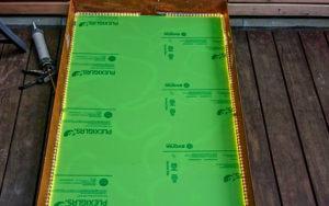 grüne Acrylglasplatte verkleben