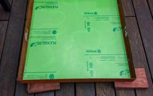 grünes Acrylglas auf Cortenstahl Blech