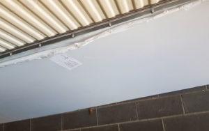 Makrolonscheibe an Hauswand befestigt mit Scharnier