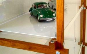 Modellauto im Regal